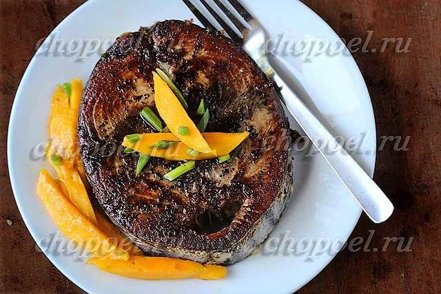 Жареный тунец в соевом соусе со специями