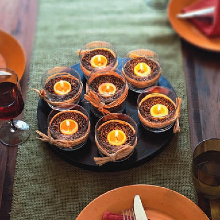 Почувствуйте дух леса у себя на празднике. Разбавьте привычный декор стола листьями и свечами.