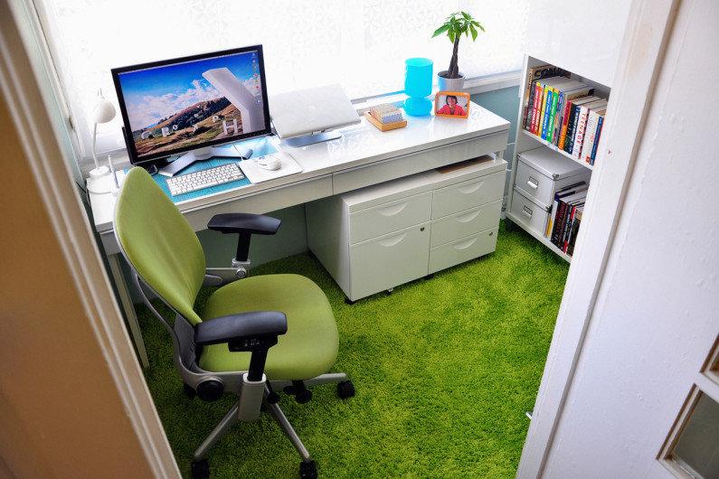 Мини-кабинет, оформленный таким образом, станет комфортным, светлым, и в нем будет достаточно свежего воздуха, что весьма важно при умственной деятельности в закрытом помещении.