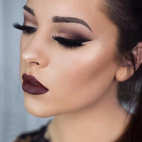 Фото с темным макияжем