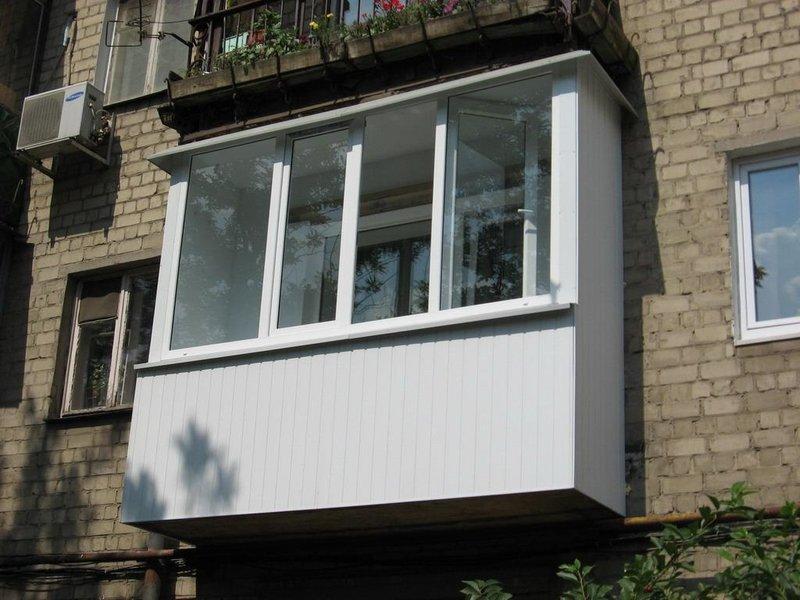 """Балкон в хрущевке полностью отделан пластиковыми панелями"""" -."""