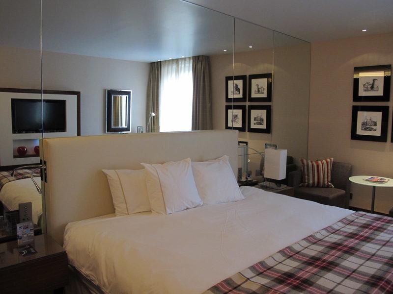 Чтобы создать впечатление, что у вас совсем не узкая длинная спальня, а комната квадратных пропорций, положите на пол ковер-квадрат, повесьте квадратную картину или подберите мебель в форме квадратов – например, прикроватные тумбы, пуфики.