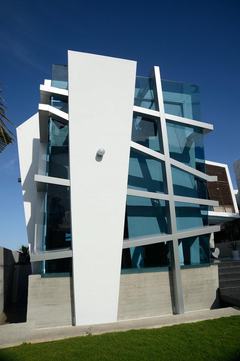 Балки и опоры металлического сварного каркаса не параллельны друг другу. Кажется, что прозрачное ядро здания старается «вырваться» на свободу из стальных и каменных объятий. Возникает ощущение, что дом шатается и готов развалиться, но оно, разумеется, обманчиво. Используя такую «нестабильную» объемно-пространственную композицию, авторы проекта придали динамизм статичному объекту.