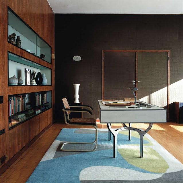 Домашний кабинет в современном стиле - Светлые оттенки и деревянные полки позади (широкие двери)