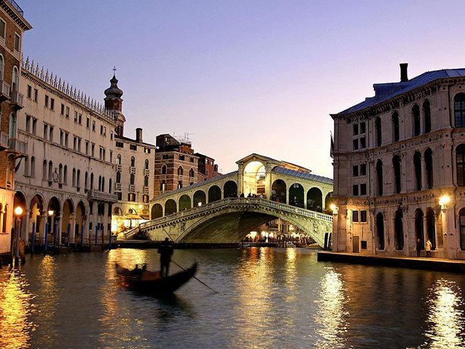 Мост Риальто в Италии Построенный в 15-ом столетии, он пересекает Гранд Канал Венеции. Риальто был впервые построен в 1181 году и был единственным способом добраться до другой стороны Великого Канала. Только в 1551 году власти решили модернизировать мост. Лучшие архитекторы, включая Микеланджело и Палладио, предлагали свои проекты, но задание в итоге было передано Антонио да Понте. Некоторые архитекторы скептически относились к его планам и предсказали неудачу моста, но он бросил вызов своим критикам, а мост идеально сохранился и до наших дней..