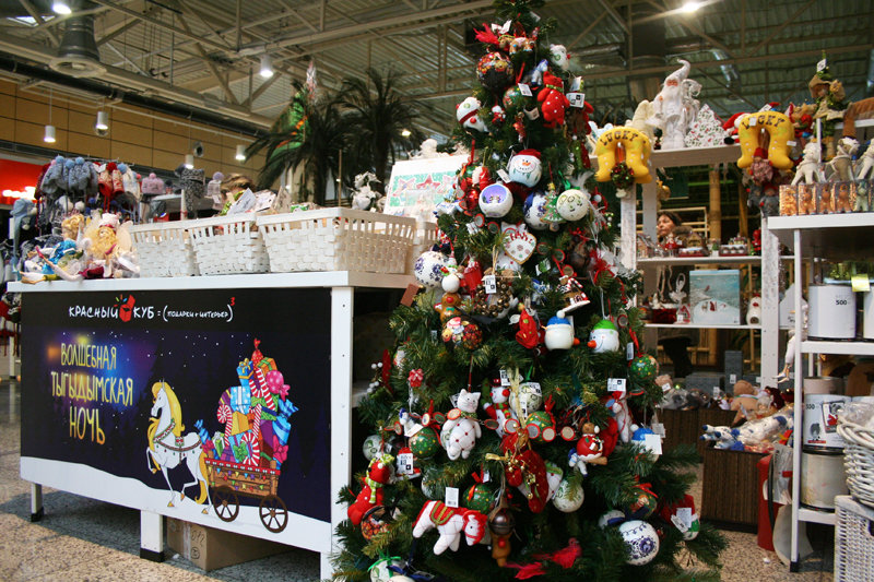 Огромный выбор украшений для дома на новогодней ярмарке