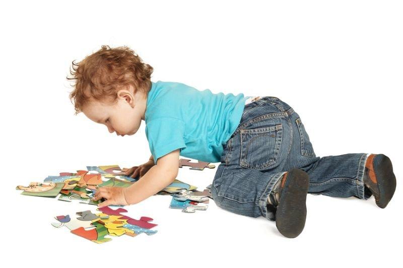 Ребенок собирает пазлы картинка