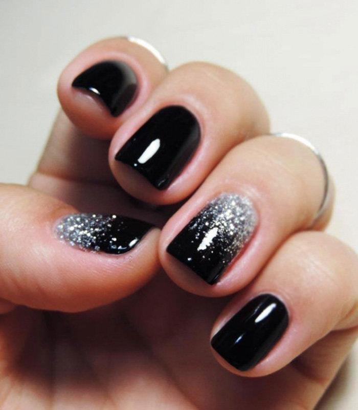 Темный лак на коротких ногтях