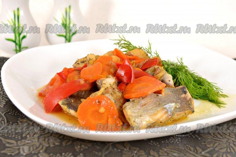Рыба, тушеная с болгарским перцем на сковороде