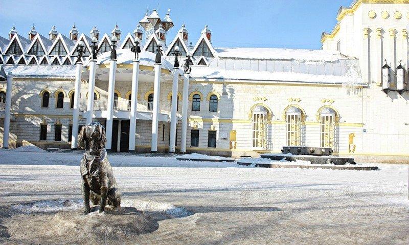 Кукольный театр и памятник Белому Биму.