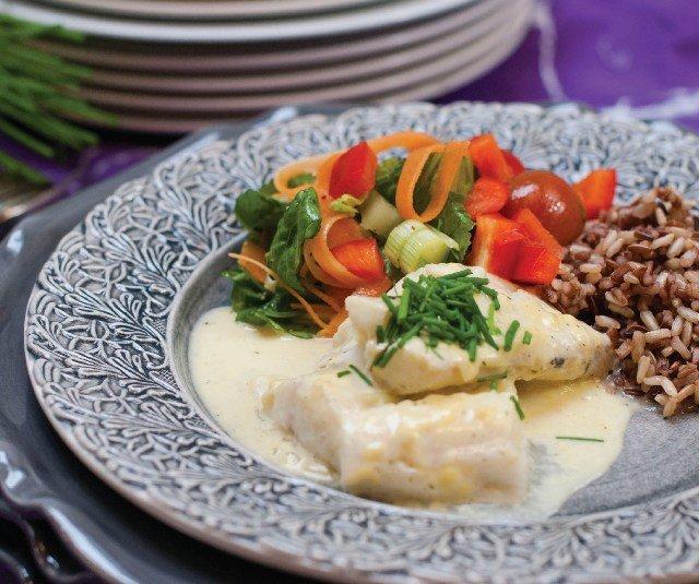 Филе трески в горчичном соусе с рисом.  Нежное филе трески, запеченное в соусе из дижонской горчицы, со свежим салатом и рисом на гарнир.