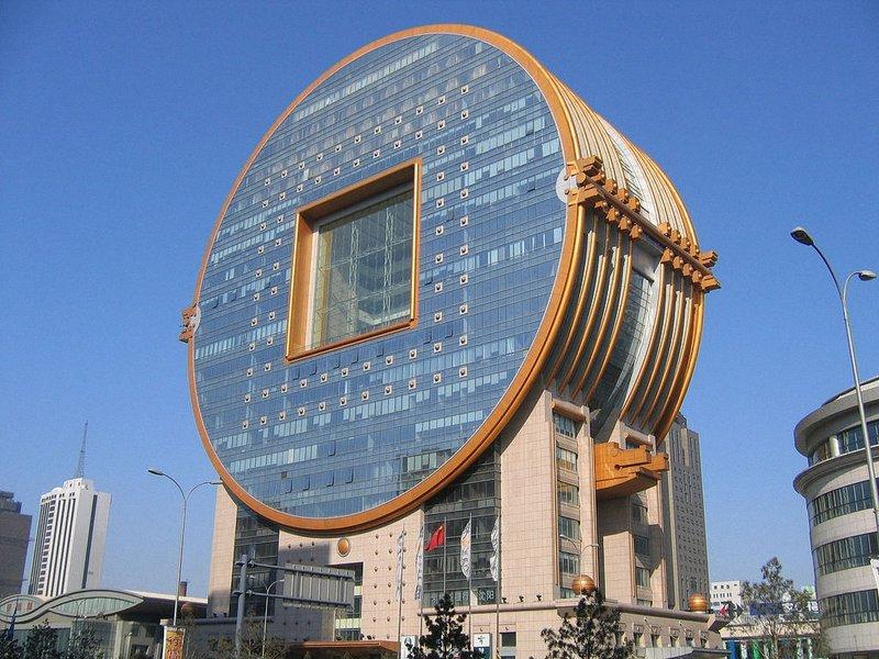Здание Fang Yuan (в переводе — квадратных круг), построенное в городе Шэньян — столице провинции Ляонин, Китай. Здание должно было походить на монету, однако, архитекторам это не совсем удалось.