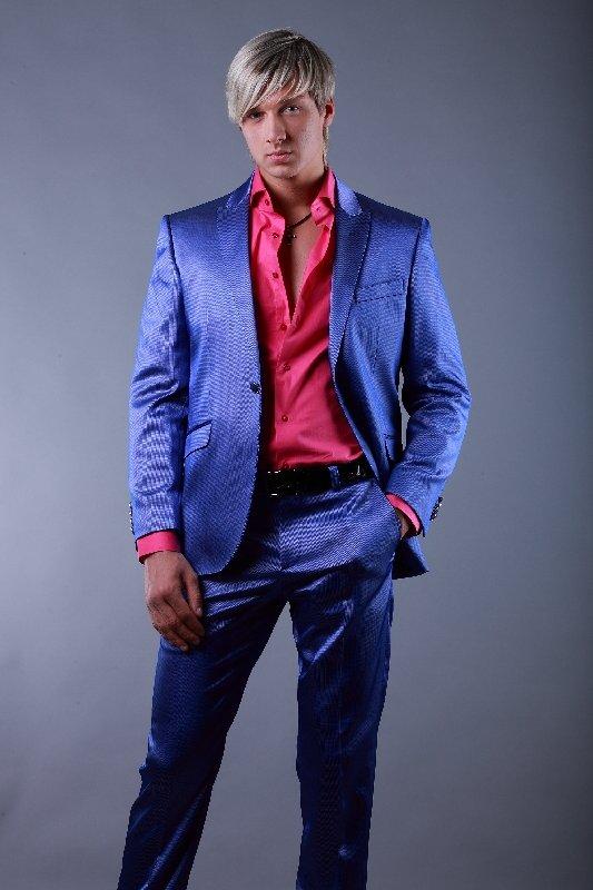 Для смелых женихов модные дизайнеры предлагают обратить внимание на  цветочные принты, контрастирующие с основным цветом 12b4af86368