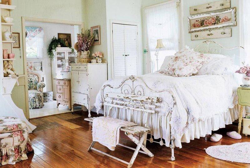 Кровать с состаренными кованными спинками