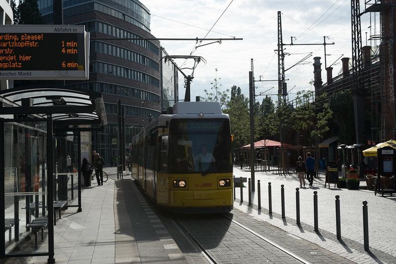 Первое, что бросается в глаза в первых трех городах экспедиции (Берлине, Мюнхене и особенно Цюрихе) это огромные разветвленные трамвайные сети, с выделенными линиями, специальными трамвайными светофорами, крутейшими пересадочными пунктами и ...