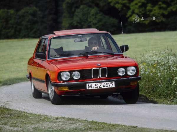 Красный BMW 524 проходит поворот