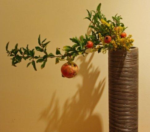 Не знаете, как оформить дизайн квартиры? На помощь придет икебана — искусство составления цветочных композиций. Результат рукоделия позволит вашему дому преобразиться, а вам — расслабиться и обрести природную гармонию.