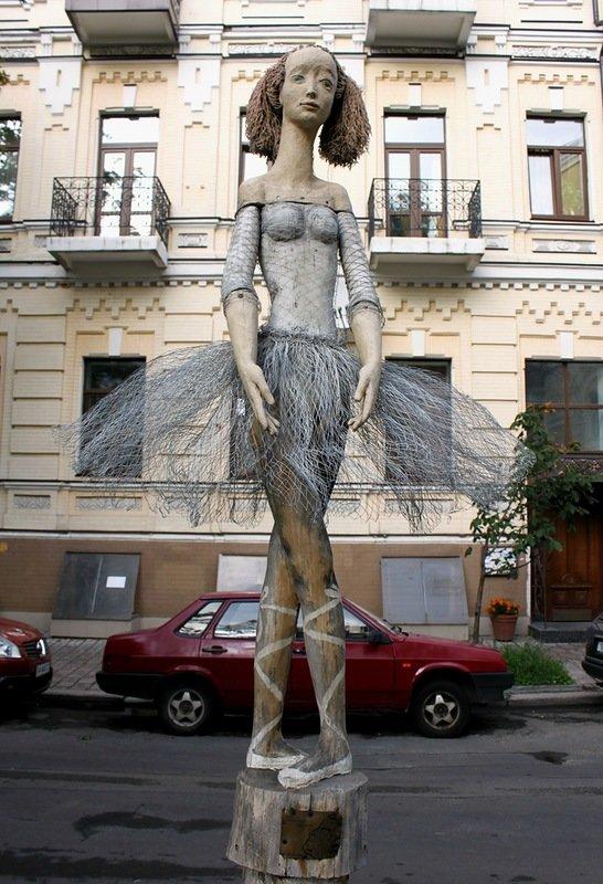 Киев: Необычные памятники Киева: балерина на Стретинской Балерина на Стретинской
