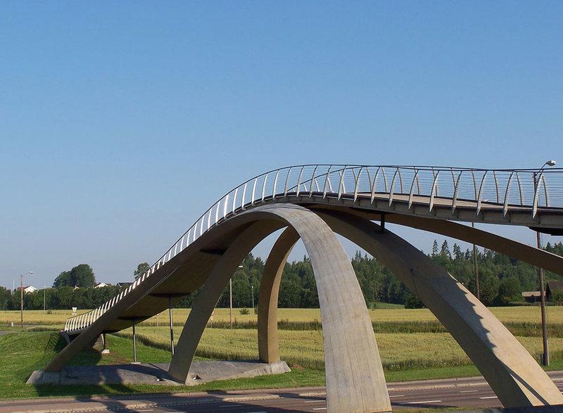 Мост Леонардо да Винчи, Норвегия, 1502/2001  Где находится: Aaс, Акерсхус, Норвегия Тип: арочный, пешеходный и велосипедный Длина: 50 м  В 1502 году Леонардо да Винчи разработал для султана Баязета II проект каменного моста через бухту Золотой Рог общей длиной 360 м, с одним арочным пролетом длиной 240 м.