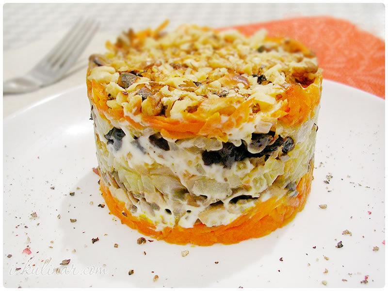 Слоеный салат с курицей и грибами фото