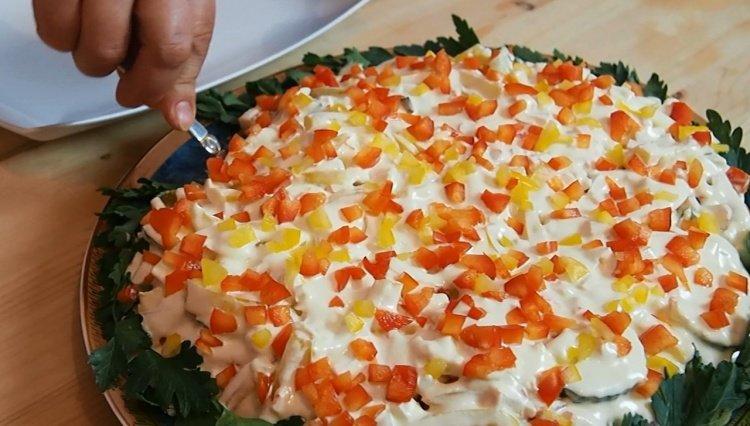 Собирая на новый год рецепты салатов и закусок, попробуйте приготовить это несложное, но очень красивое блюдо.