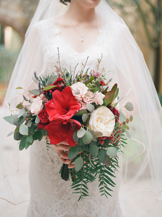 Букет с ярким красным цветком