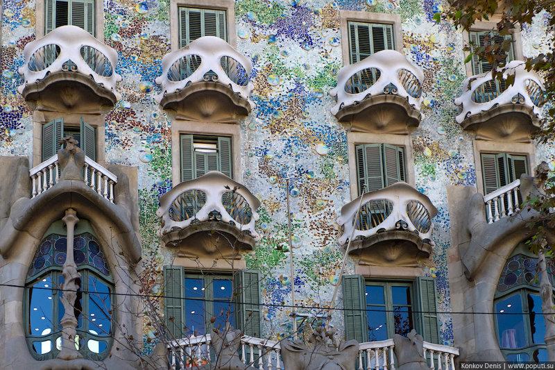 Изогнутые линии, главенствующие в его фасаде (да что там, во всём его творчестве), оформлены многими элементами: органическими — напоминают кости, растения, или же художественными — напоминают маски, драгоценности.