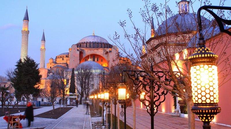 В полночь здесь практически нет толп людей. Зато есть красота города, величественная подсветка мечетей и основных достопримечательностей и переменчивая погода. Кстати, зимой в Стамбуле достаточно тепло: температура держится в районе от 3 до 9 градусов Цельсия.