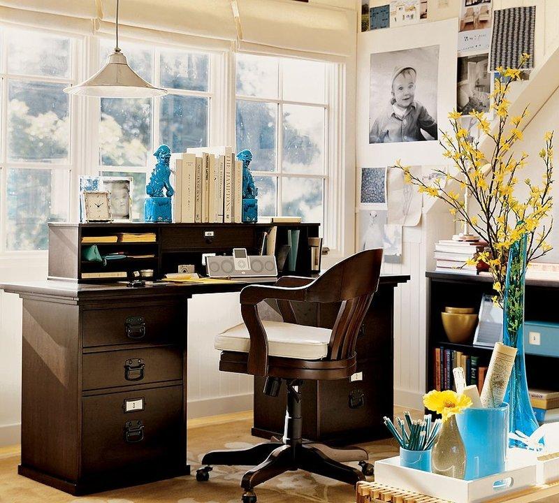 Освещение во время работы – важный момент, поэтому рабочий стол располагают возле окна, чтобы получить максимум естественного света. При этом в домашнем офисе должны быть разные виды освещения.