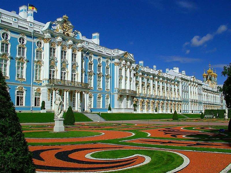 Екатерининский дворец по праву является одной из самых популярных достопримечательностей Санкт-Петербурга, которую стоит посетить. Если доберетесь до места, вы, безусловно, будете весьма впечатлены его размера, мощной пространственной динамикой и живописным декором в стиле русского барокко.
