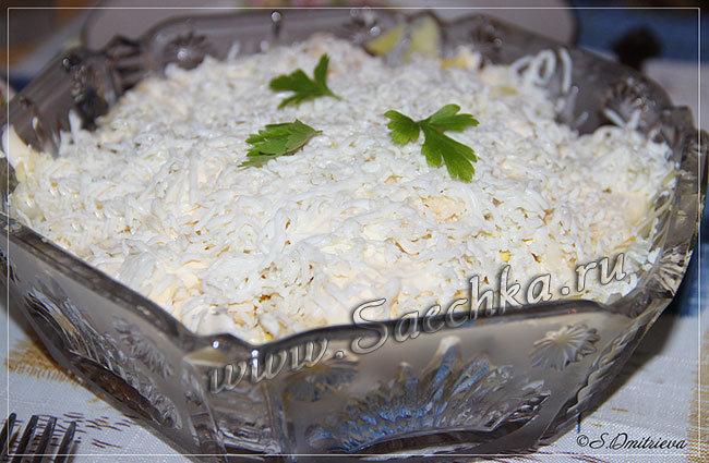 Слоёный салат Невеста приготовлен с копчёной курицей, сыром, картофелем и яйцами - хорош на новый год вместо надоевшего оливье.