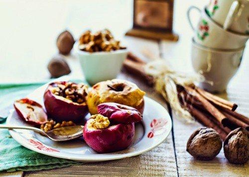 Печеные яблоки в мультиварке Поларис с орехами и изюмом