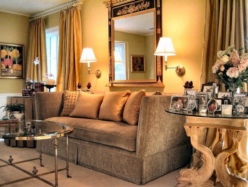 На фото: гостиная в стиле ампир с зеркалом