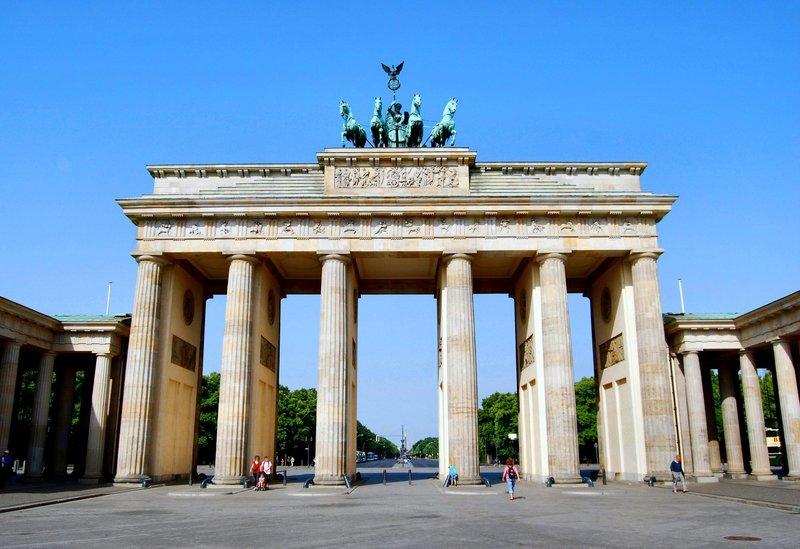Бранденбургские ворота единственные, которым удалось уцелеть в тяжелые для Берлина времена. Чтобы посмотреть на них следует отправиться к границе районов Тиргартен и Митте, на улицу Унтер ден Линден. Возле ворот практически всегда многолюдно: они вызывают интерес у туристов не только в дневное время, но и когда сумерки опускаются на столицу Германии. Уникальная в своем роде ультрасовременная подсветка делает колоны и возвышающуюся над ними квадригу, поистине фантастическим зрелищем.