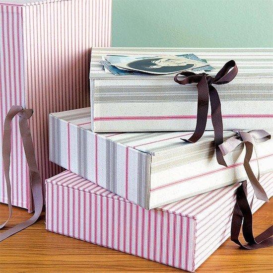 Простой декор картонных коробок Картонные коробки из-под обуви, посуды или бытовой техники – отличная вещь для хранения различных приятных мелочей. Однако они