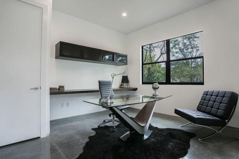Домашний кабинет в современном стиле - В светлых тонах (кожаное дизайнерское кресло)