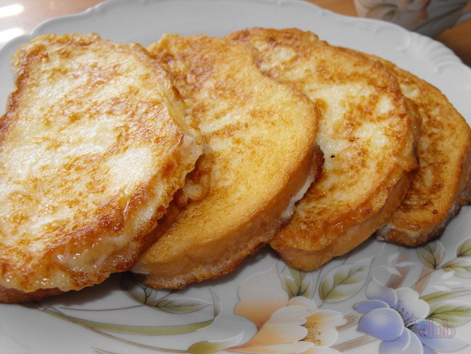Хлеб в яйце можно выкладывать только на разогретую и предварительно смазанную маслом сковороду.