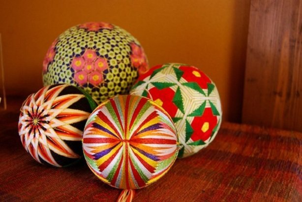 Японские шары темари Темари - это старинная японская традиция, искусство вышивки шаров разноцветными нитками. В Японии темари дарят на праздники: дни рож...