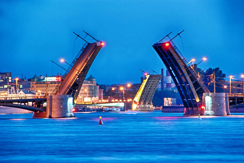 Биржевой мост. Именно на нем в 1973 году снимался эпизод из фильма «Приключения итальянцев в России», где Андрей Миронов висит ухватившись за край разведенного моста.