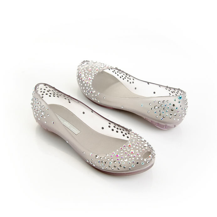 Свадебная обувь без каблука – это выбор номер один для невест очень высокого роста, полных и беременных, для девушек, у которых имеются определенные проблемы с ногами или опорно-двигательным аппаратом, а также в качестве сменной обуви для активных танцев.