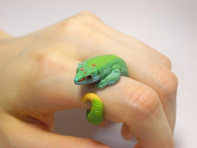 ящерка на пальце