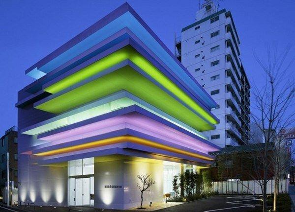Постройки светлые и открытые, в основном состоят из прямоугольных элементов