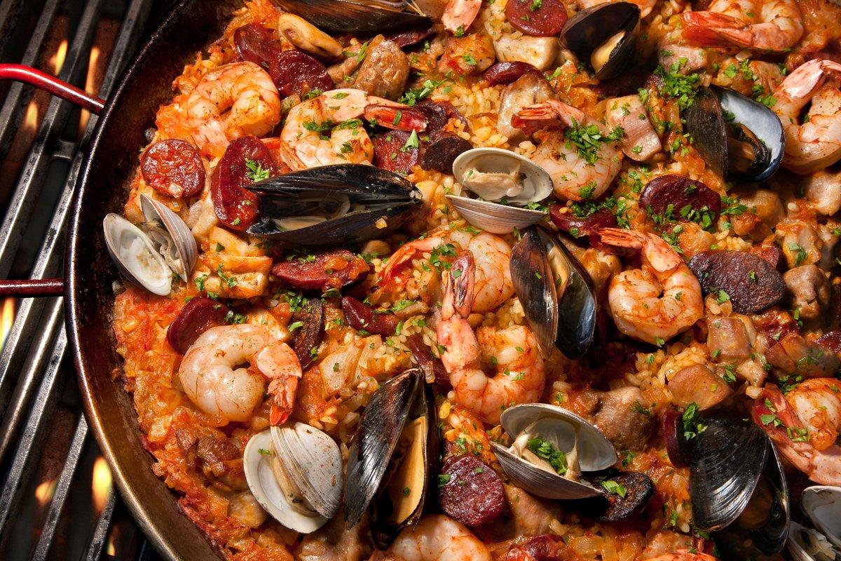 В небольшом, но стильном ресторанчике es paella можно заказать традиционную валенсийскую паэлью – paella valenciana – за 8,90 евро, а также паэлью с курицей и грибами (7,90 евро), с фуагра (8,90 евро) или просто с овощами (6,90 евро).