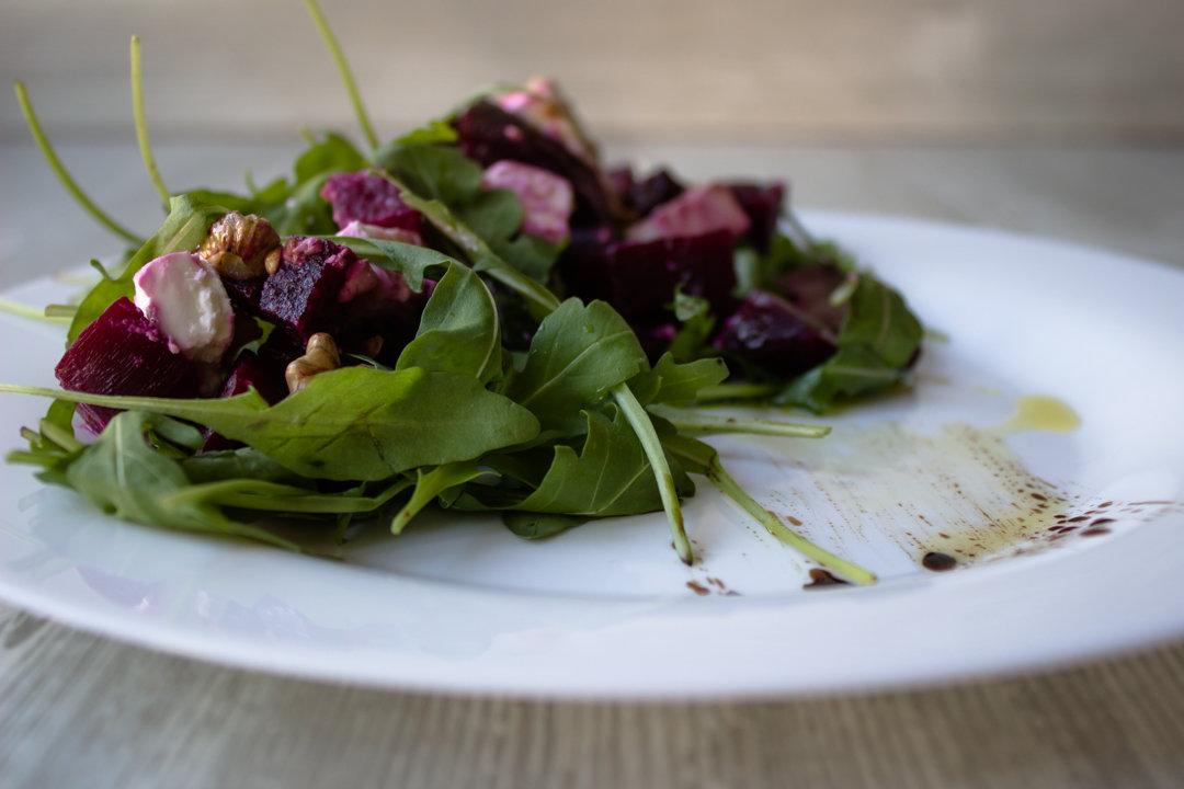 Салат с орехами и брынзой