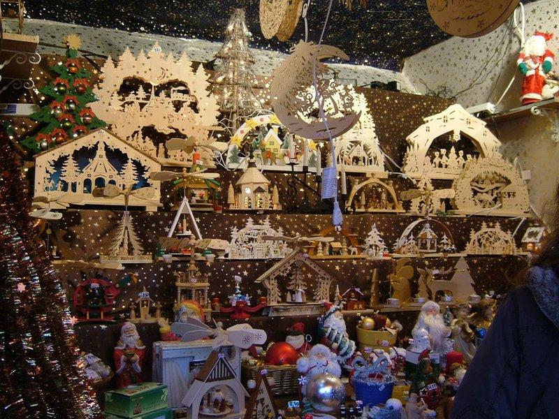 . Здесь находятся восемь сказочных домиков, которые в любое время года, будь то лето или зима, перенесут посетителей в атмосферу рождественской сказки. Здесь всегда лежит снег, правда – иногда он искусственный, а улицы украшены всевозможными фигурками из дерева, которые можно купить по приемлемой цене.