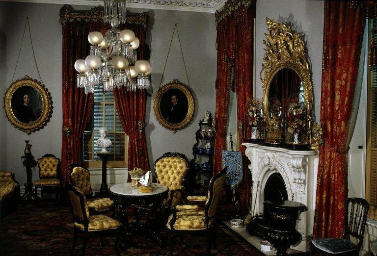 Изысканный викторианский стиль, который сформировался во второй половине XIX века в годы царствования английской королевы Виктории, всегда подчеркивает прекрасный эстетический вкус владельцев, а также их респектабельность и стабильность во всех сферах