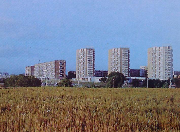 минск Общий вид на перекресток нынешнего Логойского тракта с улицами Карбышева, Седых и Гамарника. Свои три башни-близнеца есть и в Зеленом Луге-3 (справа). Здания, спроектированные архитектором Эллой Левиной, объединены стилобатом, в котором находится гастроном.