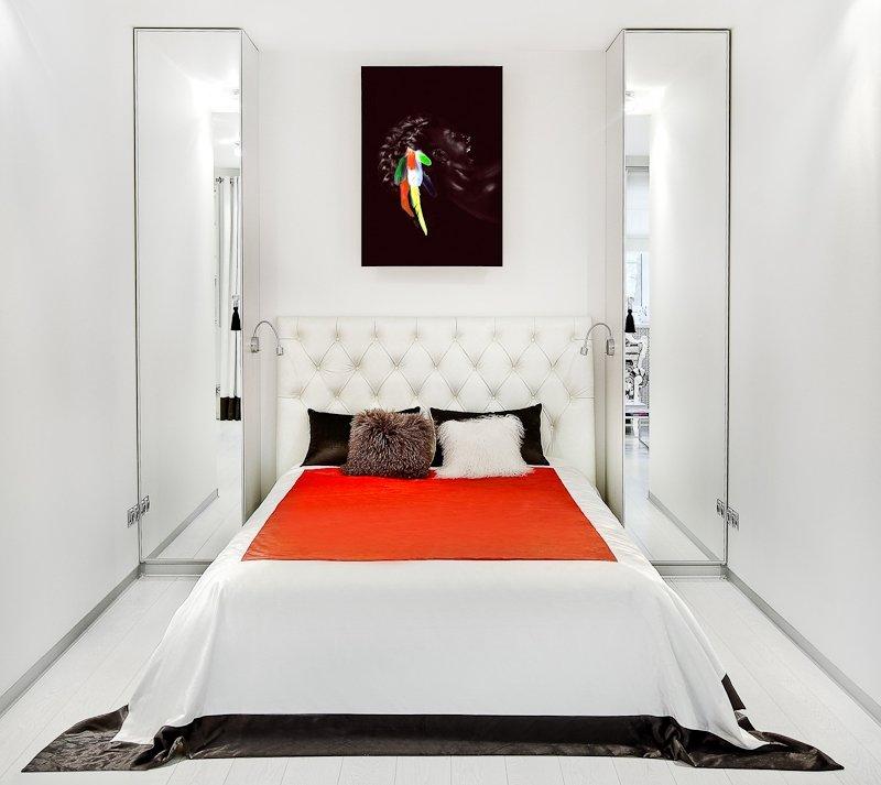 Главное правило при оформлении узкой спальни – это создание акцента на короткой стороне комнаты. Длинные стены должны как – бы затеряться в общем дизайне. Для этого подбирается правильное освещение, подходящая цветовая гамма и нужная мебель.