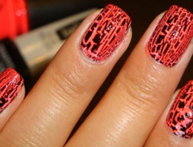 """Оригинальное покрытие для ногтей приветствуется в этом сезоне как никогда: лак-кракелюр позволит вам создать маникюр с """"потрескавшимся"""" эффектом"""