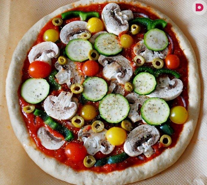 Я, кстати, тоже не знала о существовании постного майонеза, пока не начала писать статью на тему постной пиццы: по мимо всего прочего это блюдо диетическое, низкокалорийное, которое позволит вам держать себя в форме круглый год, а не только во время поста.